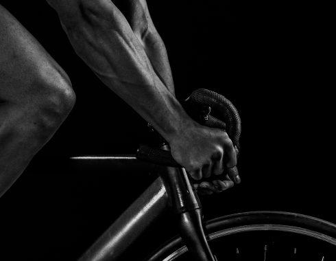 schwarzweißes Foto eines Mannes, der auf einem Rennrad fährt